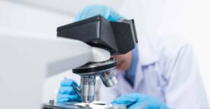 Ricercatore al microscopio