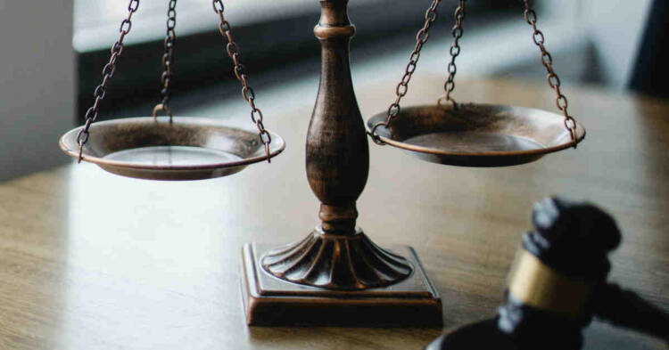 Martelletto e bilancia in tribunale