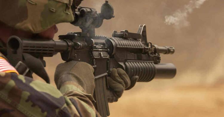 Militare in azione in uno scenario di guerra