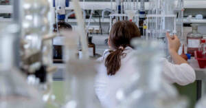 Medico addetto alla preparazione di antineoplastici