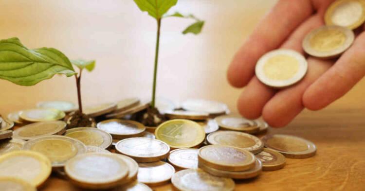 Monete su un tavolo in legno